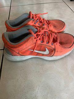 Nike 橘色慢跑鞋