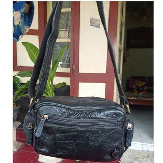 Preloved tas kulit hitam bisa sling bisa waist bag bisa cewek bisa cowok