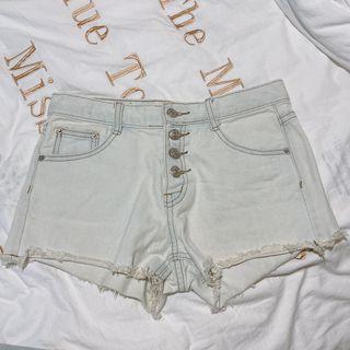 排扣 淺色 刷白 牛仔短褲