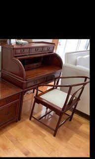 古典酸枝七抽屜寫字枱配明式酸枝圈椅一把,寫字枱尺寸:寬104厘米,深60厘米,枱面高80厘米,總高120厘米。圈椅尺寸:椅面50厘米x56厘米,椅背高86厘米。