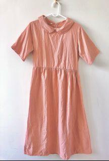 珊瑚粉連身洋裝。附同色腰帶。背後有拉鍊喔