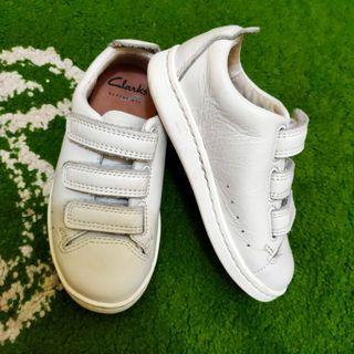 Sepatu kulit anak Clarks