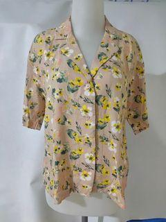 Kemeja Rayon kerah terbuka Uniqlo Beige floral shirt