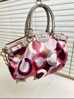 Coach Bag(35x22cm)罕有極靚的絲絹質料,易配襯,完整無缺,面料乾淨,皮質有正常使用痕跡,大約82%新,只有袋。