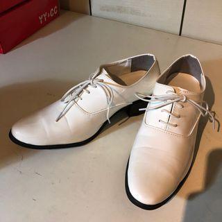 白漆皮有跟皮鞋