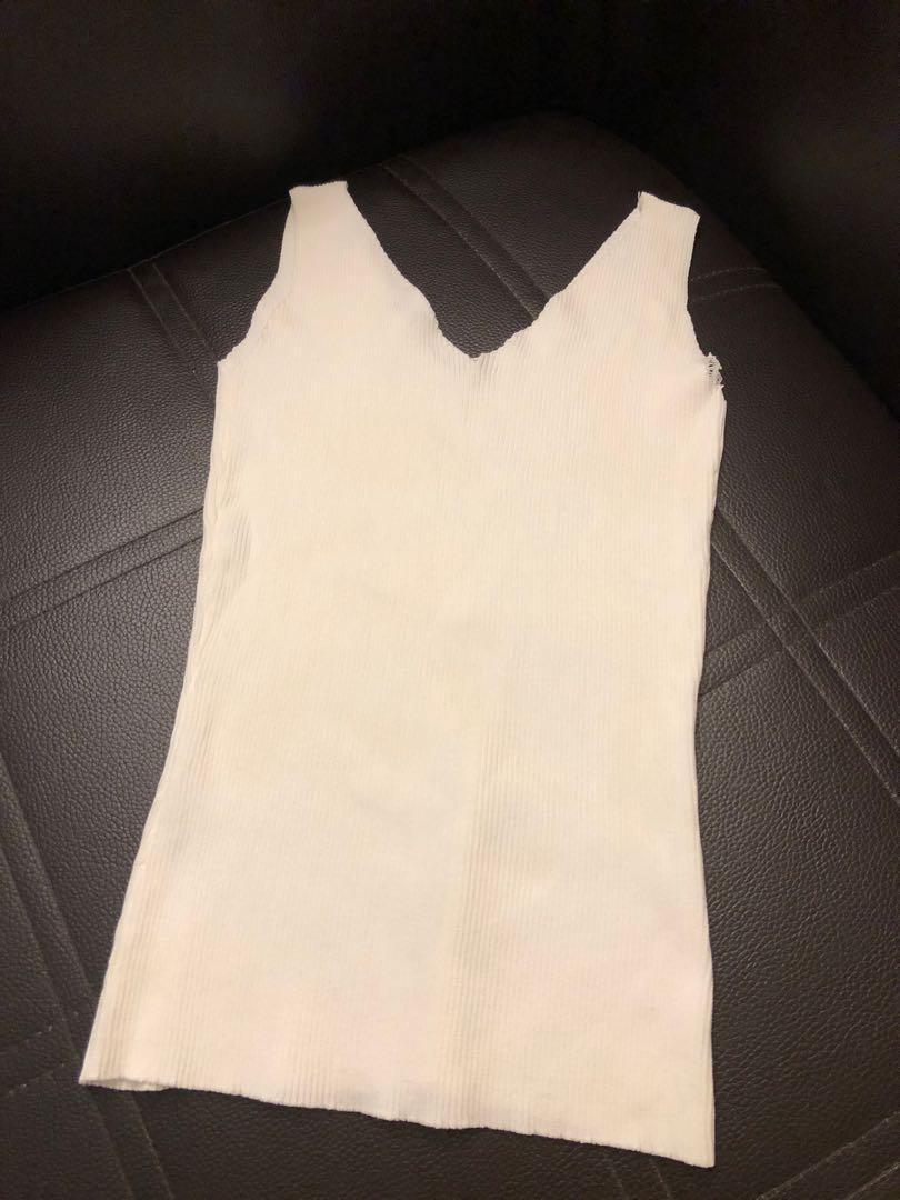 全新品:V領純白色背心,瑕疵品,可做內搭,或居家穿,只搭配賣場藍色寬松襯衫免費送
