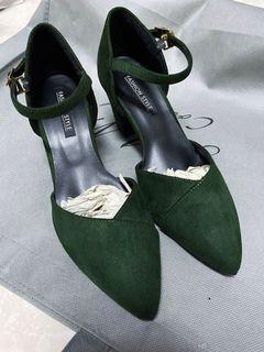 墨綠尖頭粗低跟鞋