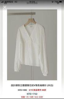 Soulsis 設計師款立體優雅花紋V領長袖襯衫(米白)