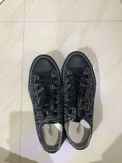 Sepatu Hitam Motif