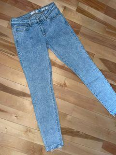 Guess low rise jeans in size 27