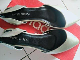 Sepatu sandal...