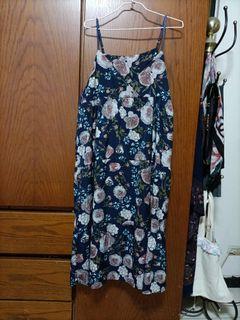 氣質吊帶洋裝花很美