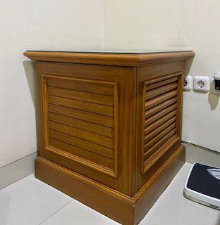 Meja kayu sudut persegi