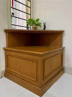 Meja kayu sudut segitiga