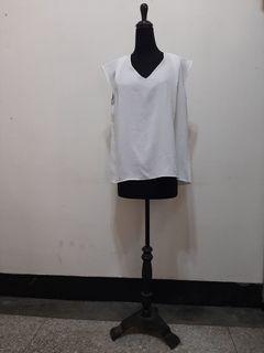 九成九新~ UNIQLO 白色V領背心 尺寸 : L  --- 男女皆可穿 ---