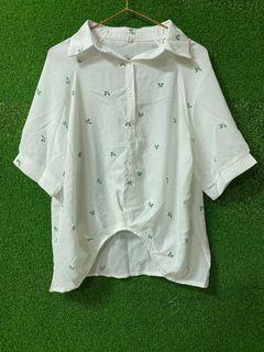 小草白色襯衫