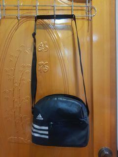專櫃購入 愛迪達Adidas 斜背包/肩背包/拉鍊包 中性男女適合 市價1080元