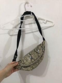 日本代購回來-蛇紋腰包(男女通用)