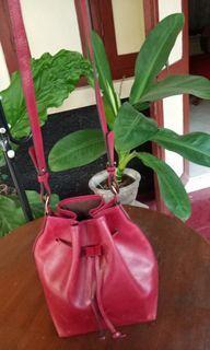 Preloved tas serut kulit merah sling bag