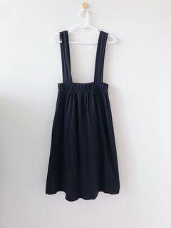 黑色棉質吊帶裙。腰圍鬆緊帶。