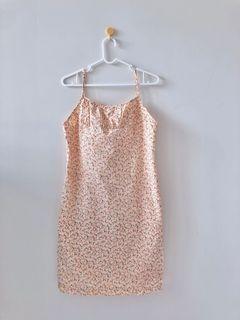 歐美風格碎花合身洋裝。有內襯。