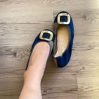 近新❤️36號百貨公司特賣購得質感麂皮金屬飾平底鞋