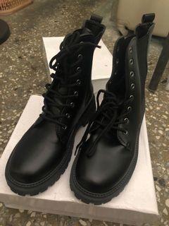 黑色馬丁鞋