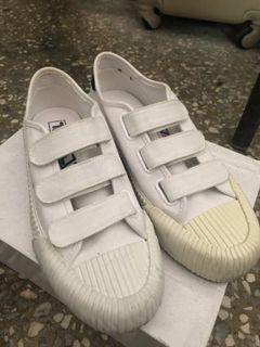 FILA魔鬼氈白鞋