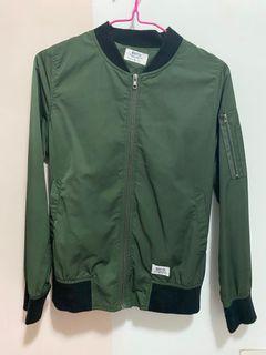 墨綠色飛行外套