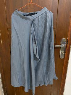 grey skirt plisket