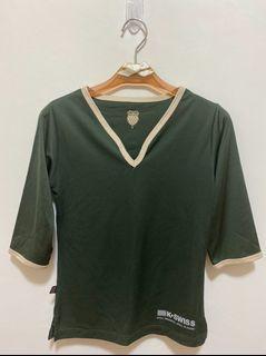 K-SWISS(蓋世威) V領 七分袖 上衣 彈性合身 T恤 素色休閒上衣女版-墨綠色 沒穿過