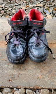 Sepatu hitam merah