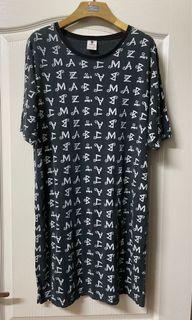 英文字母滿版圓領洋裝