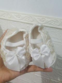 Sepatu bayi white roses