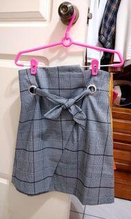 穿環綁帶斜擺層次格紋短裙