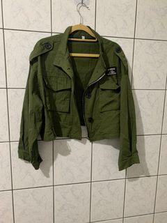 韓版軍綠色短版外套 九成新 M 或S都可穿  長度約45 落肩設計 經典不退流行款