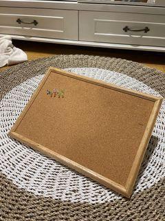 Cork board (papan cork)