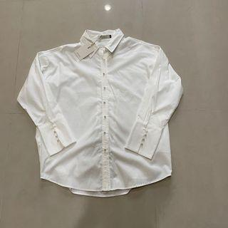White blouse with pearl buttons 白襯衫珍珠釦