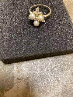 銀色介指、介指面有三粒白色珠同三粒長形石