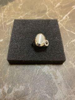 銀色介指!鑲有白色石側邊有個鑲有石圓形
