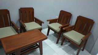 Kursi dan meja kayu jati