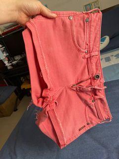 低腰牛仔短褲🩳(這條短褲🩳大約是在2007年買,2018年至今沒能再次穿上了😢所有的褲頭腰圍都合適!不知道為何肥在臀腿部位😢  ,本人身體健康,絕對放心穿著!已清洗燙過。包平郵!