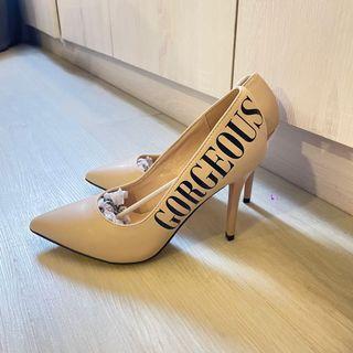 全新❤️38.5號俄羅斯🇷🇺品牌淺膚色字母飾邊尖頭高跟鞋