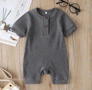 嬰幼兒純色坑條布連體哈衣 新款夏季嬰兒短袖爬服 寶寶可愛休閒連身衣 包屁衣
