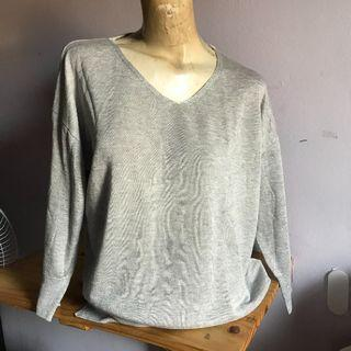 Sweater V-Neck Abu-abu