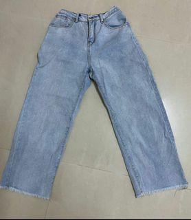 淺藍色牛仔寛褲