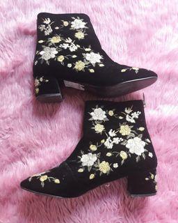 TOPSHOP Floral Embrpidered Velvet Boots