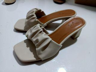 Preowned! Fayt Aster Heels in Oat size 38