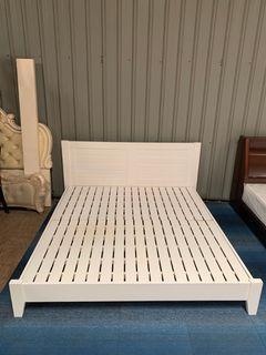 大慶二手家具 六尺白色床架/床頭箱/床頭櫃/床組