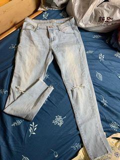 貼身淺色牛仔褲 破褲